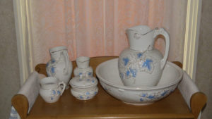 Porcelain commode set